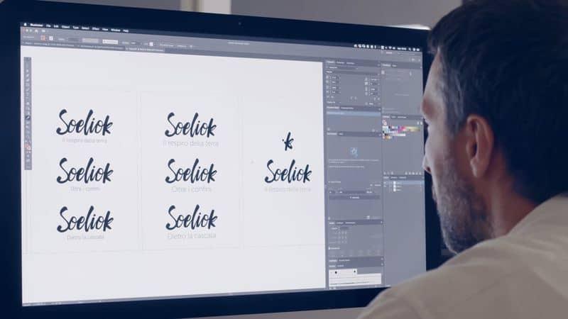 Daniele mentre disegna il logo scritto e l'icona di Soeliok