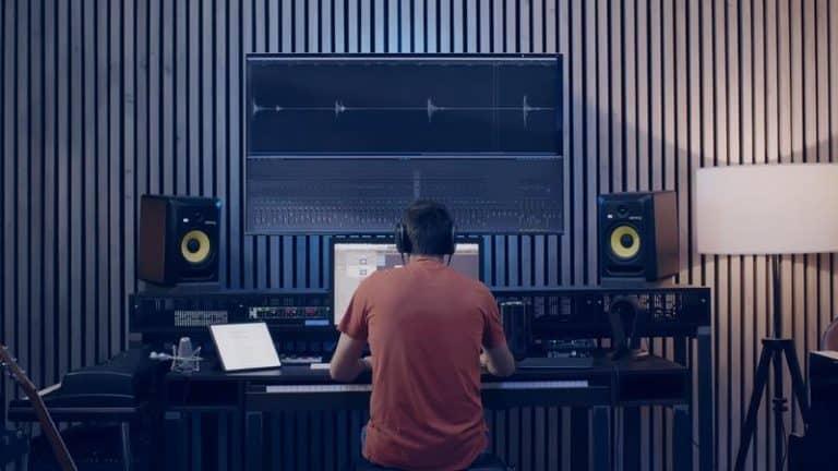 daniele mentre lavora al sound design