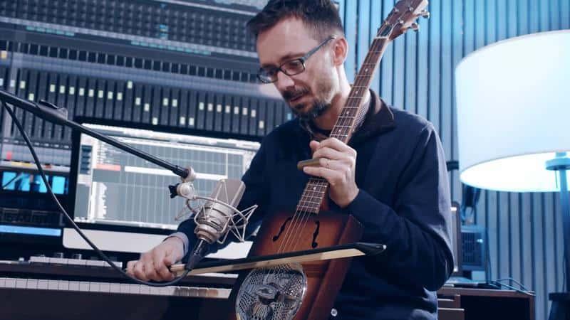 alessandro ponti in una sperimentazione sono con ukulele più arco