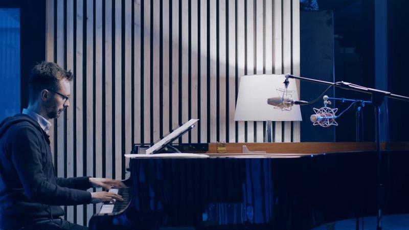 alessandro ponti suona il pianoforte per comporre le colonne sonore di Soeliok