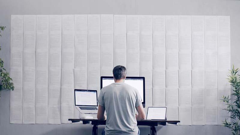 Daniele mentre scrive il libro di Soeliok davanti al computer, telefono e ipad